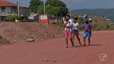 Poeira causa transtornos aos moradores em trecho não asfaltado na Av. Anísio Chaves - Além do incômodo, pessoas que moram no trecho dizem que passam por problemas de saúde e prejuízos financeiros.