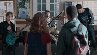 Anderson dá ideias para o clipe da banda de Samantha - Guto fica distraído e não consegue se ligar na conversa da galera da banda