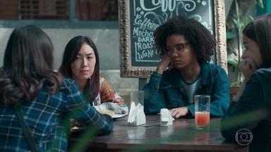 Ellen tenta confortar Tina sobre Anderson - A hacker explica que o irmão está animado com a possibilidade de dirigir o clipe da banda de Samantha. Tina lamenta que Anderson não queria mais falar com ela