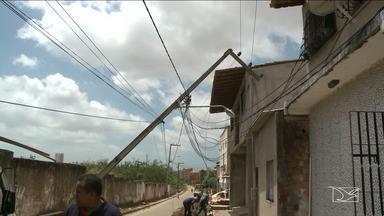 Vila Conceição, em São Luís, um poste foi derrubado acidentalmente por uma escavadeira - Na Vila Conceição, em São Luís (MA), um poste foi derrubado acidentalmente por uma escavadeira que estava sendo usada por homens da Caema, que faziam um serviço na rua.