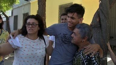 Estudante sai da prisão, depois de ser acusado de oferecer propina a guardas municipais - A família do jovem afirma que os agentes o induziram a oferecer propina
