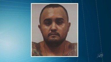 Preso homem acusado de vários crimes em Fortaleza, incluindo o assassinato de uma jovem - Michelan Rodrigues Barbosa, de 39 anos, responde por crimes como homicídio, roubo e porte ilegal de arma de fogo.