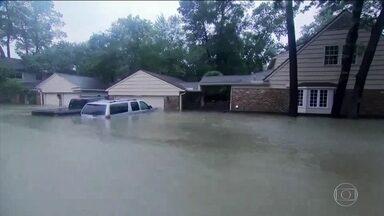 Tempestade Harvey deixa 38 mortos em cidades que parecem lagos - Dez mil servidores federais estão no Texas para ajudar nos resgates. Água misturada ao esgoto tem alto potencial de contaminação.