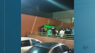 Confusão cancela show do cantor Gusttavo Lima em Taquaritinga, SP - Confusão cancela show do cantor Gusttavo Lima em Taquaritinga, SP
