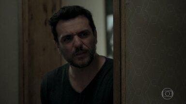 Caio questiona Irene sobre Solange - Vilã provoca o vizinho, mas tenta disfarçar apreensão quando faz pergunta sobre arquiteta que aplicou um golpe em Elvira