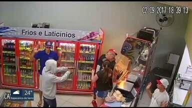 Polícia procura homens que assaltaram mercado no Rio Pequeno - Clientes foram rendidos pelos bandidos e levam todo o dinheiro do caixa. Quatro criminosos fugiram.