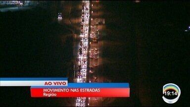 Feriado prolongado já começa a movimentar as estradas - Maioria dos motoristas quer descer a serra.