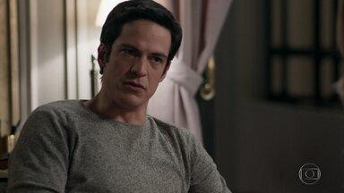 Eric questiona Sandra Helena sobre as amizades de Agnaldo - Ele pergunta se a nova rica suspeita de mais alguém que tenha participado no roubo do hotel
