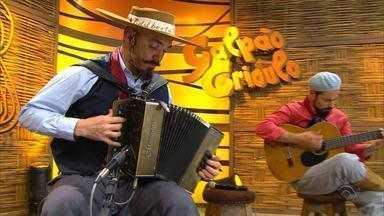 Edilberto Bérgamo canta 'Sureña' e 'Espinilho' no 'Galpão Crioulo' (bloco 3) - Assista ao vídeo.