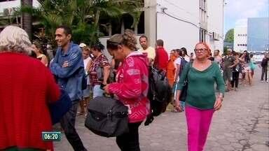 Pacientes voltam a reclamar de filas para marcação de consultas em hospital, no Recife - Direção do hospital afirma que permitiu marcações presenciais no Hospital Agamenon Magalhães, Zona Norte do Recife, por causa da alta demanda de pacientes