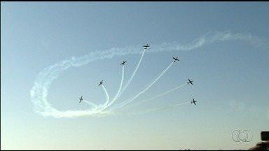 Base Aérea de Anápolis recebe população para visitação - Quase 50 mil pessoas passaram pelo local, tiraram fotos com as aeronaves e acompanharam show aéreos.