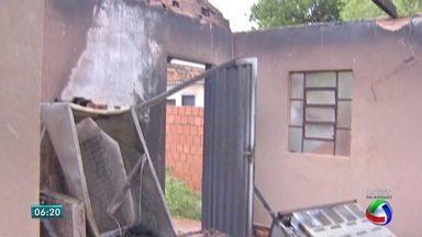 Casa é destruída por incêndio no bairro Santo Antônio, em Campo Grande - Morador estava sozinho quando o fogo começou. Ele ficou nervoso e precisou de atendimento médico.