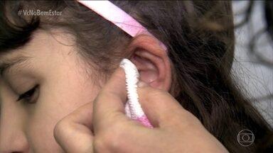 Saiba como aliviar o excesso de cera no ouvido - Excesso de cera no ouvido pode prejudicar a audição e provocar incômodos. Mas é justamente ela quem protege os ouvidos. As hastes flexíveis não são recomendadas, já que podem empurrar ainda mais os resíduos para o interior do canal.