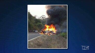 Acidente mata nove pessoas na BR-222 em Açailândia - Dois carros colidiram e nove pessoas ficaram mortas.