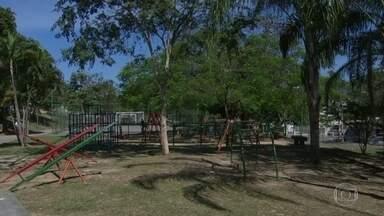Criança de dois anos é baleada enquanto brincava em praça, em Anchieta - Arthur, de dois anos, foi operado no Hospital Estadual Albert Schweitzer, em Realengo, e passa bem.