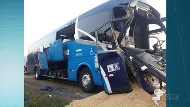 Acidente entre ônibus e caminhão deixa motorista ferido na BR-376 - O caminhão estava carregado com milho.