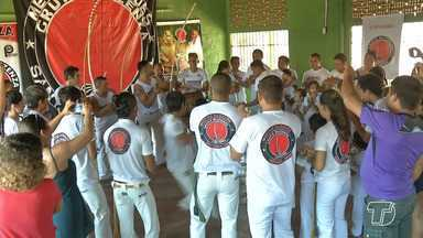 Crianças tornam-se capoeiristas pelo projeto do grupo Muzenza em Santarém - Recebimento da primeira corda ocorreu no bairro Mapiri. Capoeiristas começaram a praticar o esporte desde cedo.