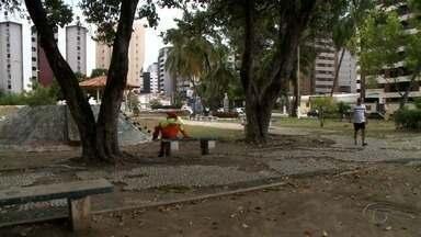 Reportagem mostra situação de descaso e abandono em praças de Maceió - Parquinhos completamente enferrujados e calçadas com buracos foram flagradas nas imagens.