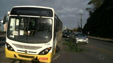 Ônibus intermunicipal quebra e deixa trânsito complicado na Avenida Leste-Oeste - Veículo faz a linha Maceió - Barra de Santo Antônio.