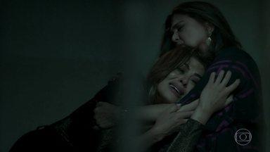 Bibi leva surra de Aurora - A senhora explode ao ver a filha atrás das grades