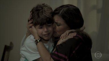 Dedé chora ao descobrir que Bibi foi presa - Aurora volta para casa arrasada após visitar a filha na cadeia
