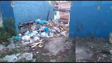 Escola desativada na Baixada vira depósito de lixo - Colégio Estadual Professor Lourenço Filho, em São João de Meriti, foi desativada em fevereiro de 2016, após uma chuva de derrubou o telhado.