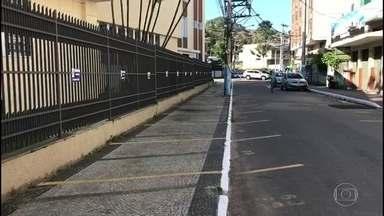 Calçada em São Gonçalo é demarcada como estacionamento de vereadores - Rua Desembargador Itabaiana, onde funcionava o Fórum da Cidade, era fechada, segundo a Secretaria de Transportes do município.