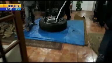 Polícia desarticula esquema que transportava drogas dentro de pneus do Paraná para o RS - Um sítio localizado em Viamão, na Região Metropolitana de Porto Alegre, era usado no esquema. Três pessoas foram presas em flagrante.