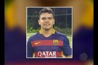 Corpo de jovem morto durante perseguição policial é velado em Belém - Corpo de jovem morto durante perseguição policial é velado em Belém