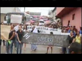 Moradores de Santo Antônio do Jacinto promovem protesto contra a morte de um adolescente - Menino de 17 anos teria sido atingido por disparos da arma de um soldado militar.