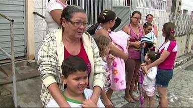 Mães reclamam de transporte escolar inadequado para os filhos - Crianças estudam em escola do Bairro Indianópolis.