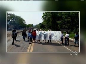 Índios e servidores estaduais protestam no norte do RS - Protestos aconteceram na BR 386 e na RS 324.