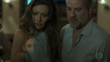 Joyce e Eugênio se surpreendem com Ivan na bilheteria do teatro - O casal compra ingressos para o espetáculo