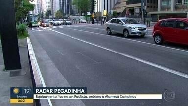 """Radar 'pegadinha' multa motoristas na Avenida Paulista - Motoristas que passam pela Avenida Paulista, na região central da cidade de São Paulo, também têm reclamado de um radar """"pegadinha"""". O aparelho de fiscalização fica antes da Alameda Campinas, sentido Consolação, e, por ser uma faixa de ônibus com linha contínua, multa quem faz a conversão à direita."""