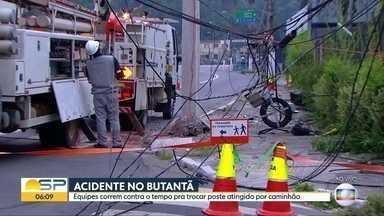 Caminhão atinge poste de energia elétrica em avenida no Butantã - Por causa do acidente, um trecho da Avenida Eliseu de Almeida foi interditado na manhã desta terça-feira (19). Equipes da Eletropaulo já trocaram o poste e trabalha para reparar a fiação elétrica.