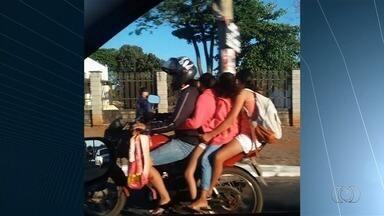 Motociclista é flagrado transportando três passageiros, sendo duas crianças, em Goiânia - Flagrante foi enviado pelo aplicativo Quero Ver na TV (QVT), WhatsApp e email.