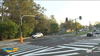 Em Londrina, cruzamento da Av. Castelo Branco com a Rua Foz do Iguaçu ganha semáforo - Semáforo começou a funcionar nesta semana.