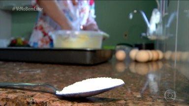 Cozinheira encontra maneira de diminuir o sal das receitas sem perder o sabor - Dona Eva, diminuiu o sal das receitas, mas manteve o sabor. Para melhorar o sabor, algumas ervas podem ser misturadas ao sal.