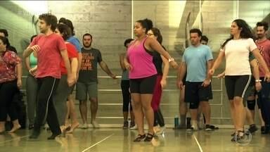 """Participantes do """"Quem dança seus males espanta"""" se empenham nos ensaios finais - O empenho é tanto que alguns chegam a ter marcas no corpo. Todos estão animados com a apresentação do espetáculo, percebem que a dor faz parte dos treinos."""