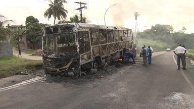 Rodoviários voltam a circular normalmente após ônibus ser incendiado em São Tomé de Paripe - Este ano, 13 ônibus já foram queimados na capital baiana, de acordo com o Sindicato dos Rodoviários.