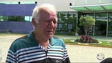 Pai do jornalista Alexandre Farias fala sobre acreditar na recuperação do filho - Ele está no hospital com outros parentes do apresentador.