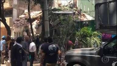 Mutirão de solidariedade tenta salvar sobreviventes de terremoto no México - Com o tremor, escola na Cidade do México desaba e soterra 400 crianças. Escola foi um dos 45 prédios que desabaram com tremor de magnitude 7.1.