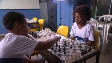 O Toque de Mestre é jogar xadrez - Professora de Educação Física incluiu o xadrez nas aulas e conseguiu evoluções no comportamento e na concentração dos alunos. Alguns melhoraram até nas notas.