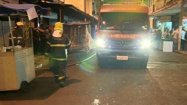 Bombeiros combatem incêndio em loja no Centro de Juiz de Fora - Outro incêndio também atingiu um lote vago no Bairro Estrela Sul e assustou moradores.