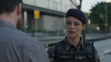 Jeiza impede que Zeca confronte Ruy - Caminhoneiro aguarda marido de Ritinha sair da empresa quando é surpreendido pela policial