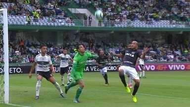 Melhores momentos: Coritiba 2 x 3 Botafogo pela 25ª rodada do Brasileirão - Em jogo muito movimentado, Alvinegro vence no Couto Pereira