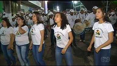 Alvorada festiva anuncia início da Festa do Rosário de Catalão - 4,6 mil dançadores do congo participaram da abertura das festividades.