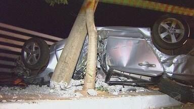 Jovem morre após carro bater contra poste em avenida de Sertãozinho, SP - A causa do acidente, registrado por uma câmera de segurança, ainda não foi esclarecida.
