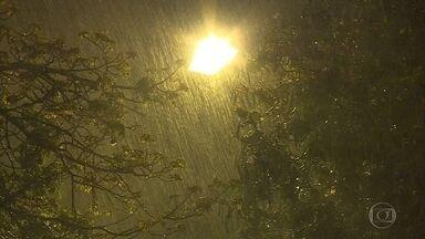 Volta a chover em BH após mais de 100 dias de estiagem - Houve registro de chuva forte em vários pontos da cidade, segunda a Defesa Civil.