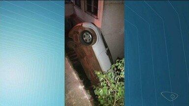 Carro cai de rua e para no quintal de uma casa, em Cachoeiro, ES - Ninguém se feriu e não houve danos à casa.